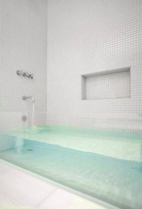 Lucid clear bathtub
